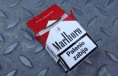 Pochette avec une boîte de cigarettes usagés de pièce