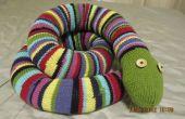 Énorme serpent tricotée avec des raies