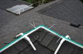 Cadre pour l'installation de lumières de Noël corde sur la ligne de crête du toit