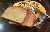 Faciles oeufs, pain grillé et bacon petit-déjeuner