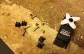 Comment installer ces oeillets peu minuscules dans les œillets sur servos RC