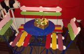 Banc coloré et chaises