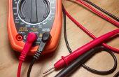 Mesurer la tension du chargeur de téléphone à l'aide d'un Simple multimètre numérique de base