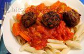 Épicé de boulettes de poulet à la sauce de légumes fait maison sur épeautre penne