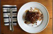 Steak de thon germon savoureux avec du riz safrané aux algues et oignons dorés