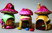 Les maisons de fées de mignons petits pots de champignons