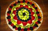 Gâteau avec la garniture de fruits glacées au fromage