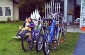 Bicycle rack de vieux skis et bâtons de ski