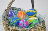 Les oeufs de Pâques en plastique avec ruban