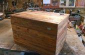 Une vieille clôture faite dans un coffre de cèdre simple