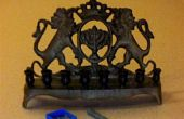 Bougies de Hanoucca--montage une grande bougie dans un petit trou