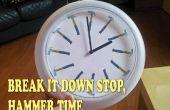 Chez moi, il est toujours temps de marteau ! Cadran d'horloge avec marteaux au lieu des heures.