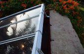 Plusieurs panneaux solaires à l'aide de vieux rails aveugles de fenêtre et la quincaillerie de montage
