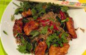 Un dîner charmant Wok avec du poulet mariné & 2 légumes de notre jardin