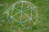 Dôme géodésique de rougeoyante avec Strawbees