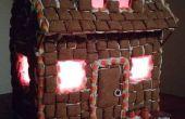 Maison de pain d'épice de Halloween avec des lumières