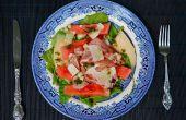 Salade de melon avec jambon de Parme, le zeste de melon d'eau mariné rapide et Parmigiano-Reggiano