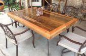 Patio table faite de récupéré Deck bois