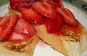 Pain grillé Français avec des fraises macérées