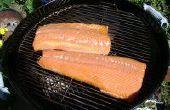 Fumer le saumon sur un charbon de bois Grill