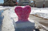 Cœur de neige sur un piédestal