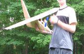 Grande avion en carton avec une hélice qui est powerd par moteur