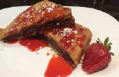 Chocolat et aux noisettes farci Français Toast avec du sirop de fraise maison