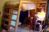 Loft de lits avec des échelles d'étagère