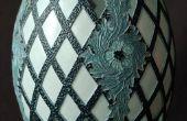 Découper un motif de treillis et de feuilles d'acanthe sur un émeu coquille d'oeuf