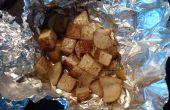 Pommes de terre pommes de terre-Cubed de feu de camp (ou au four) dans un bain de beurre, sel et poivre