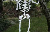 Halloween squelette fait de sacs en plastique.