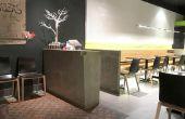 Station d'hôtesse pour Green Zone Restaurant en béton