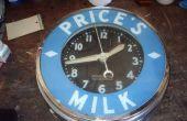 Fixation d'une vieille horloge de publicité