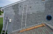 Échafaudages sans danger pour la peinture au-dessus d'un garage attenant.