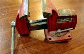 Facile ! -Temp un étau métallique dans un atelier de menuiserie