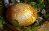 Pâques oeufs teints avec peaux d'oignon