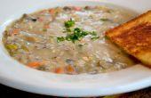 Végétalien crème de champignons et riz sauvage soupe