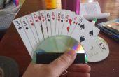 Titulaire de la carte à jouer pour les enfants et les personnes qui ont un moment difficile en possession de cartes.