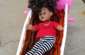 Un lit de poupée cassée de fixation