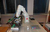 Bras robotisé avec convoyeur, capable de travail d'assemblage des pièces en cours