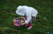 Lueur dans la chasse des oeufs de Pâques foncés avec des coquilles d'oeufs réels