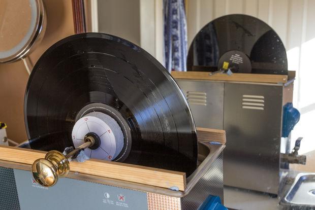 Vinyl Record De Nettoyage Avec Un Nettoyeur 224 Ultrasons