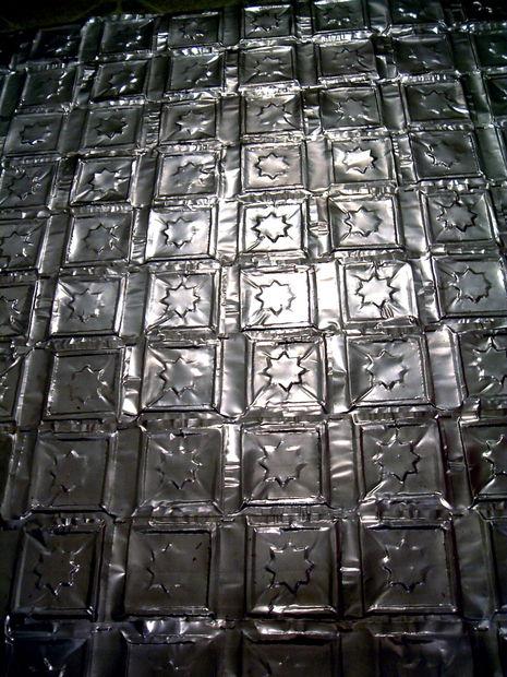 enfoncer les canettes d aluminium des carreaux pour. Black Bedroom Furniture Sets. Home Design Ideas
