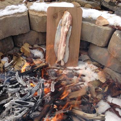 Comment faire cuire le feu de camp sur planche poisson - Cuisiner au feu de bois ...