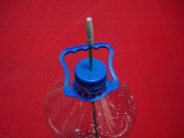 tlchargez toujours sur une bouteille en plastique avec le bouchon retirez le capuchon et poke 1 trous dessus et 1 trou dans la botom de la bouteille - Fabriquer Un Goutte A Goutte Avec Une Bouteille