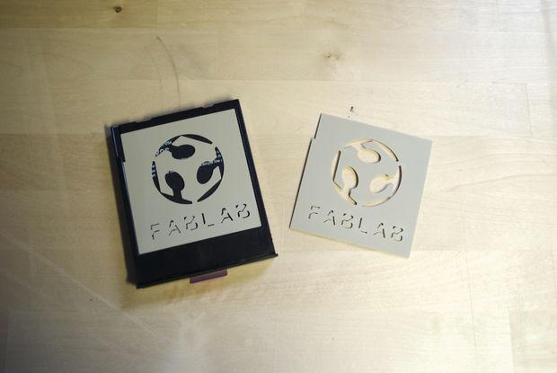 Le Stacil Obtenu A Ete Place Sur Conteneur De Cartouche Polaroid Qui Est Charge Dans La Machine